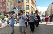 Parada teatrów z ChCK na Stary Rynek - orkiestra dęta