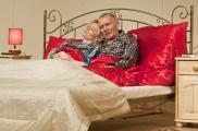 """Zdjęcie ze spektaklu """"3 razy łóżko""""  źródło: www.teatr-komedia.pl/"""