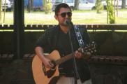 Zajęcia z nauki gry na gitarze prowadzi Darek Buczek.